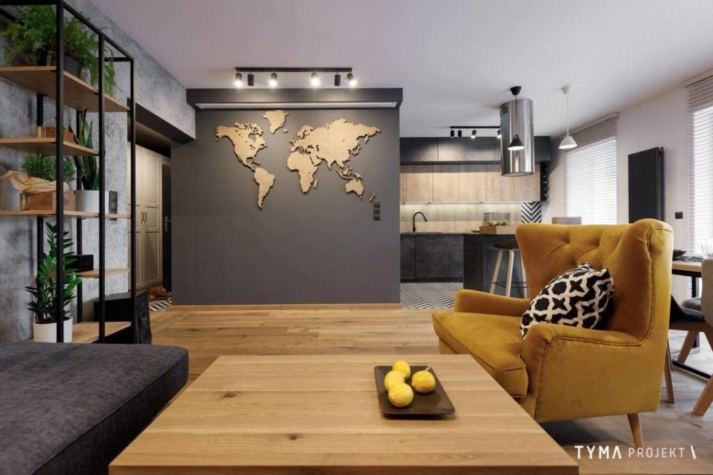 Mapa na ścianie w salonie mieszkania w Poznaniu