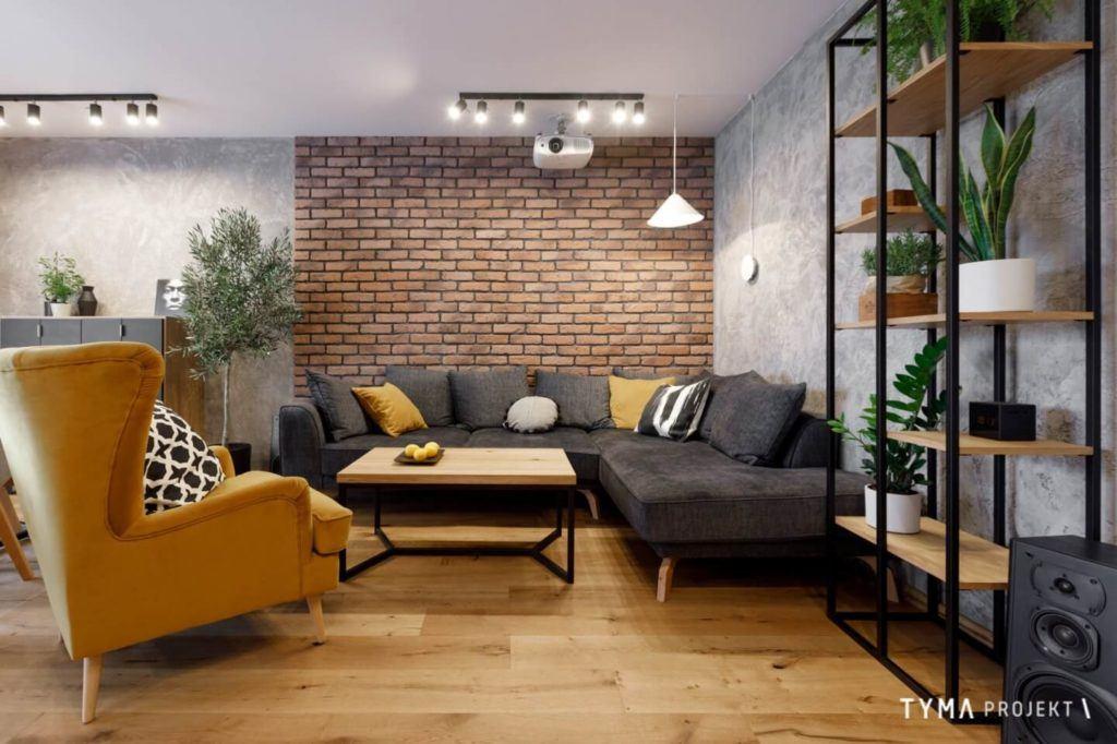 Ściana z cegły w salonie mieszkania projektu Tyma Projekt