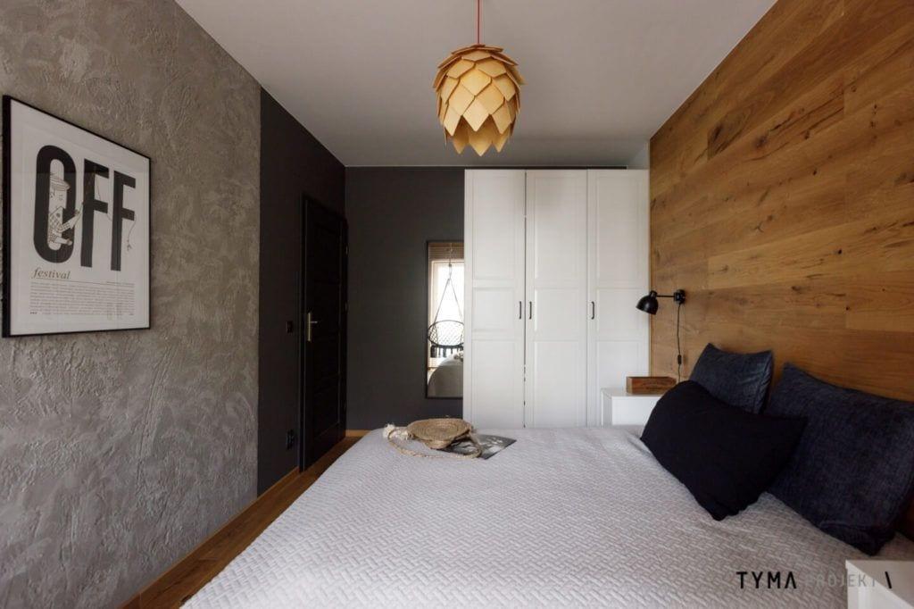 Biała szafa w sypialni w poznańskim mieszkaniu projektu Tyma Projekt