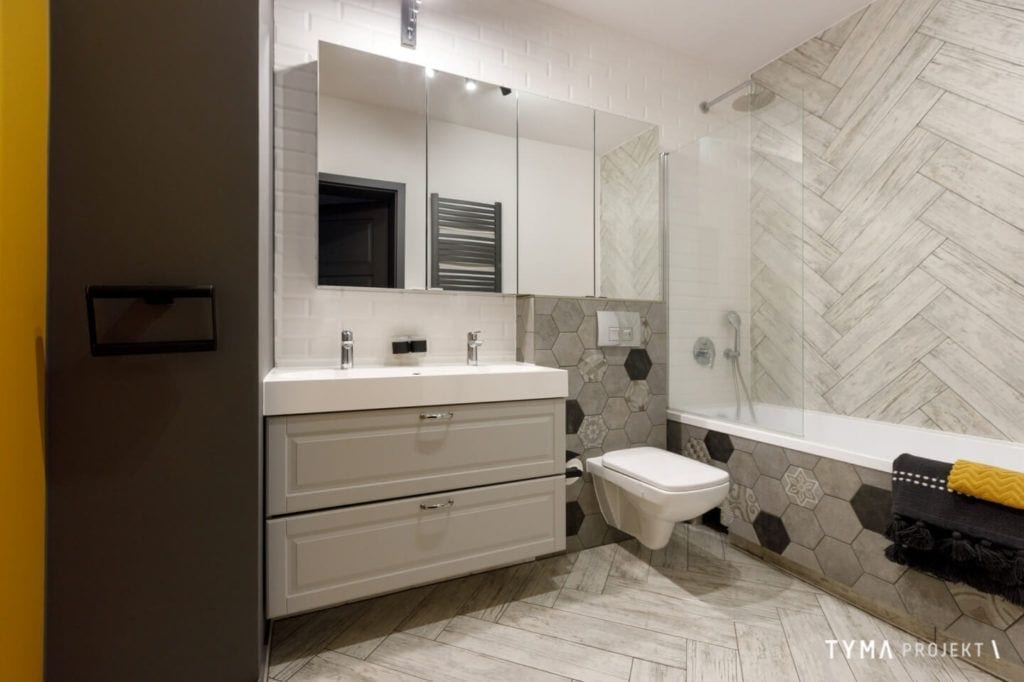 Łazienka w białym kolorze w mieszkaniu w Poznaniu projektu Agnieszka Tyma