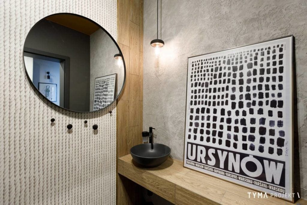 Okrągłe lustro w łazience w mieszkaniu projektu Tyma Projekt