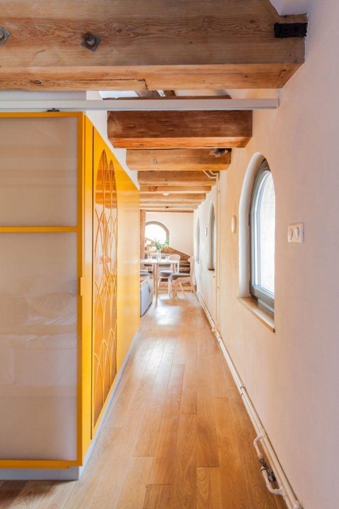 Apartamenty Monka - Apartamenty Toruń - Biuro architektoniczne Znamy się - korytarz z żółtą ścianą