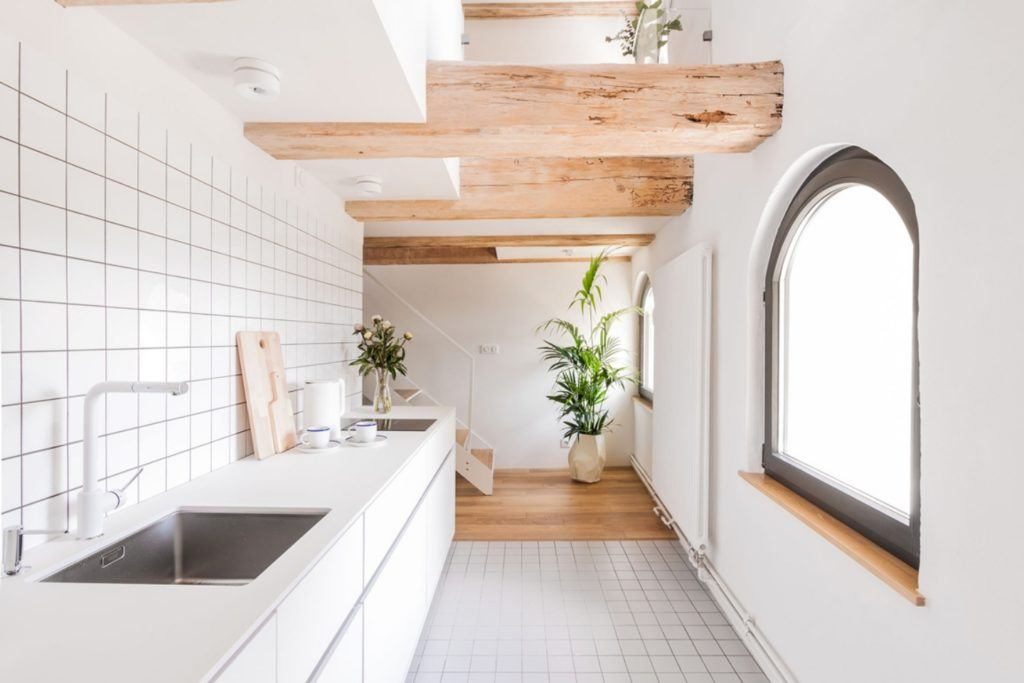 Apartamenty Monka - Apartamenty Toruń - Biuro architektoniczne Znamy się - kuchnia z białymi płytkami