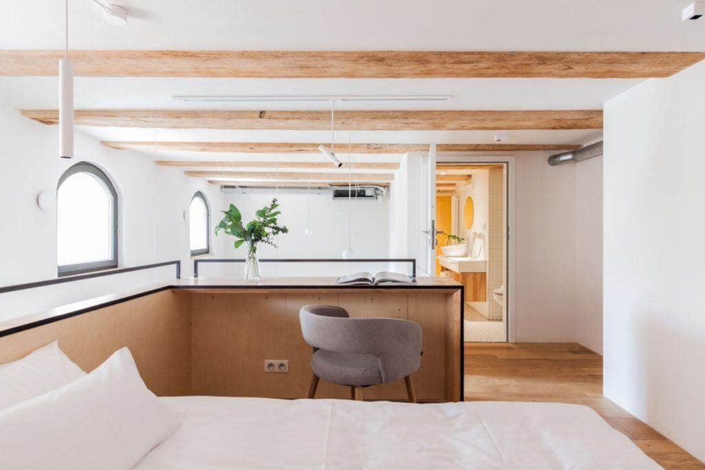 Apartamenty Monka - Apartamenty Toruń - Biuro architektoniczne Znamy się - łóżko na antresoli