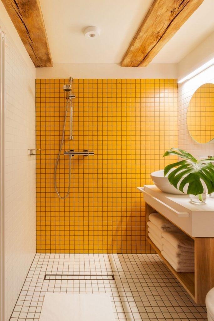 Apartamenty Monka - Apartamenty Toruń - Biuro architektoniczne Znamy się - łazienka z żółtymi kafelkami
