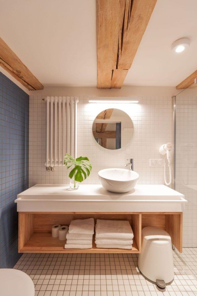 Apartamenty Monka - Apartamenty Toruń - Biuro architektoniczne Znamy się - łazienka z okrągłym listrem