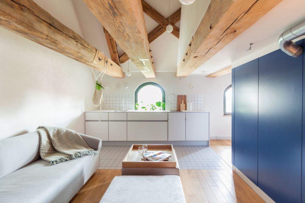 Apartamenty Monka - Apartamenty Toruń - Biuro architektoniczne Znamy się - kuchnia z białymi frontami