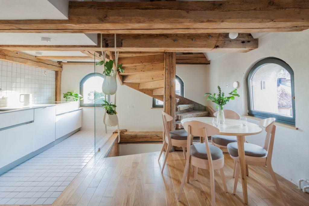 Apartamenty Monka - Apartamenty Toruń - Biuro architektoniczne Znamy się - drewniane schody na piętro