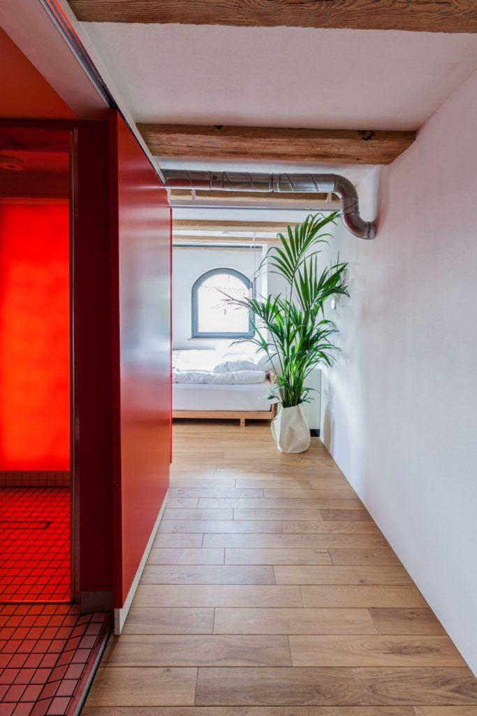 Apartamenty Monka - Apartamenty Toruń - Biuro architektoniczne Znamy się - Korytarz z czerwoną ścianą