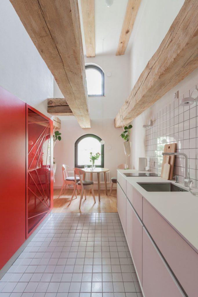 Apartamenty Monka - Apartamenty Toruń - Biuro architektoniczne Znamy się - czerwona ściana w kuchni