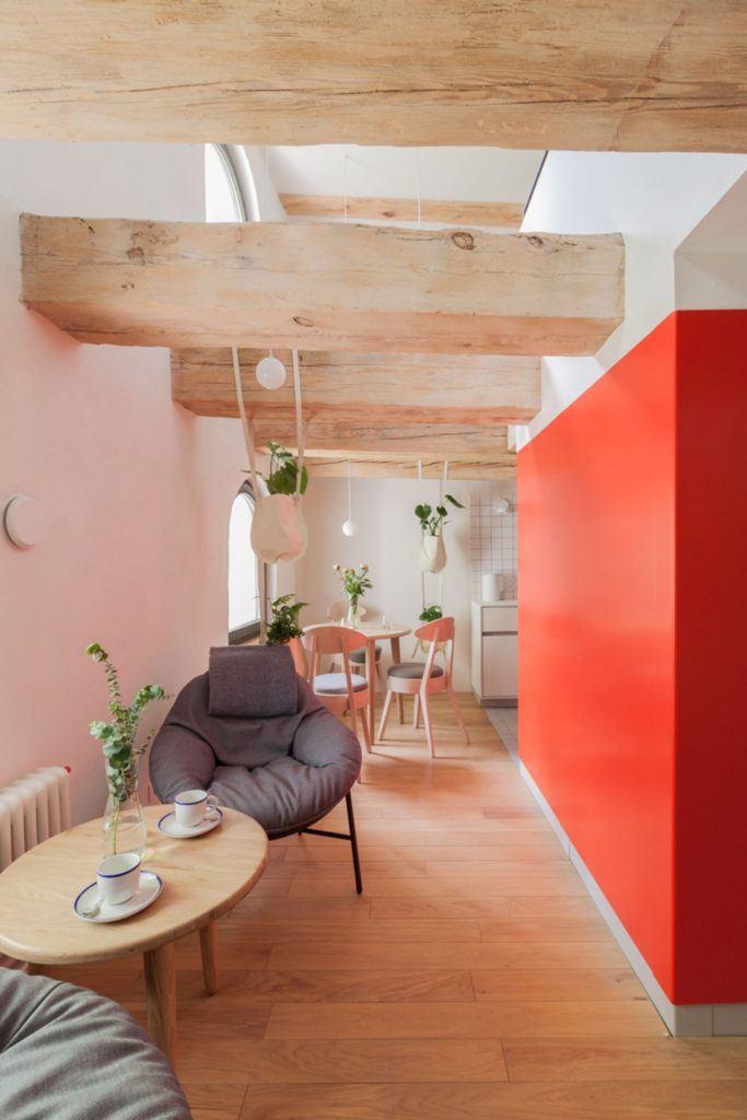 Apartamenty Monka - Apartamenty Toruń - Biuro architektoniczne Znamy się - czerwona ściana w pokoju