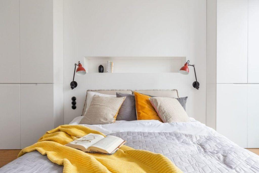 Decoroom i apartament na Bemowie z hygge w tle - łóżko w sypialni