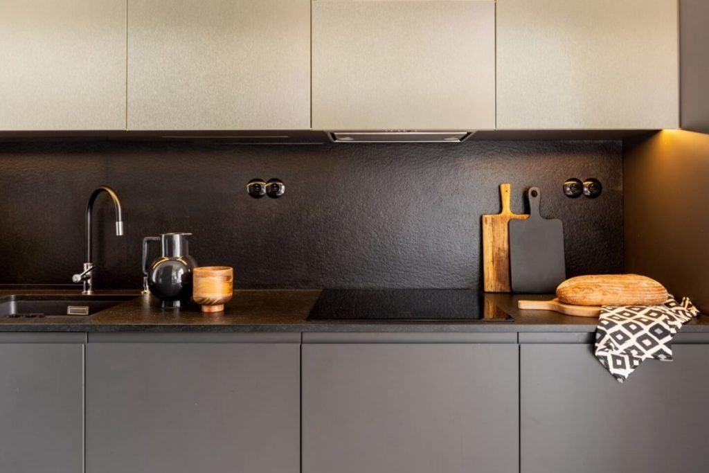 Decoroom i apartament na Bemowie z hygge w tle - kuchnia z szarymi frontami