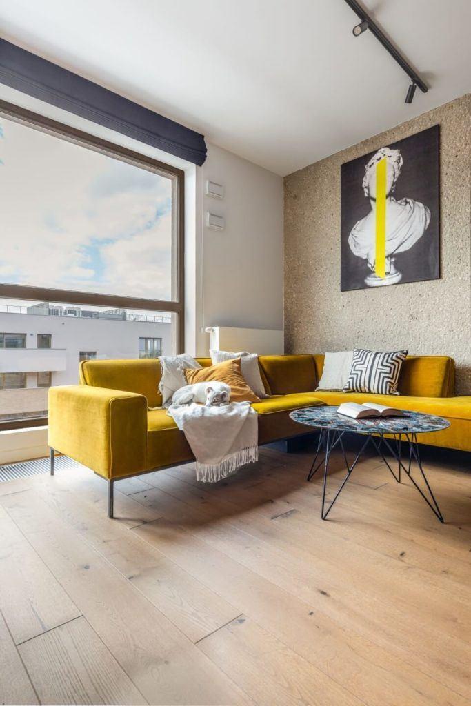 Decoroom i apartament na Bemowie z hygge w tle - żółty regał w salonie