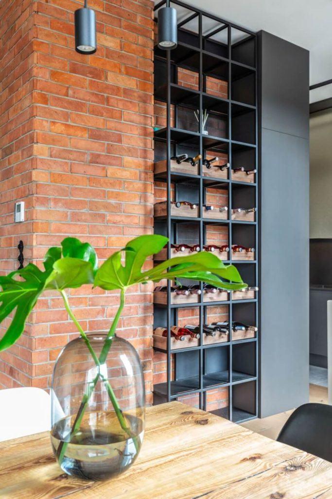 Decoroom i apartament na Bemowie z hygge w tle - wazon stojący na drewnianym stole