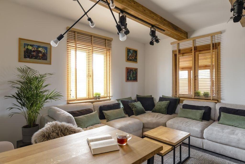 Salon z narożnikiem w domu projektu pracowni Kaza Interior Design