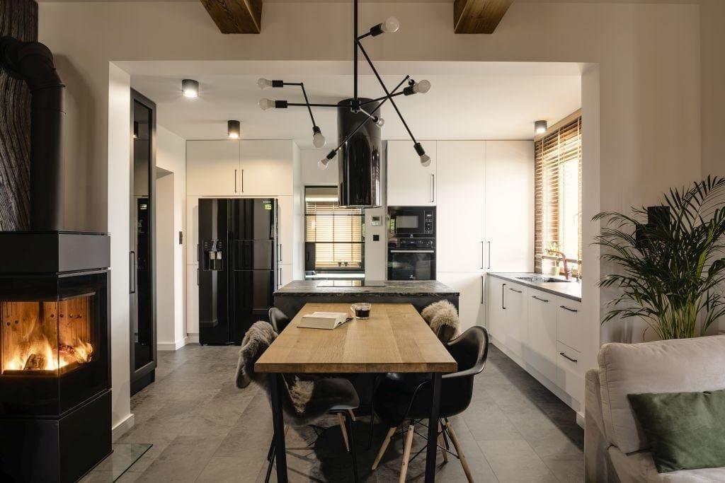 Drewniany stół w jadalni w domu projektu pracowni Kaza Interior Design