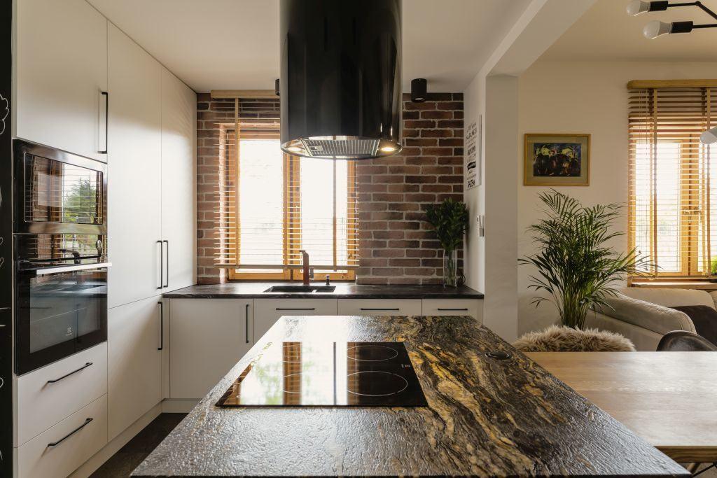 Kuchnia z okapem w domu projektu pracowni Kaza Interior Design