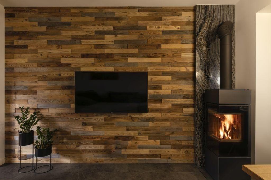 Telewizor na ścianie w domu projektu pracowni Kaza Interior Design