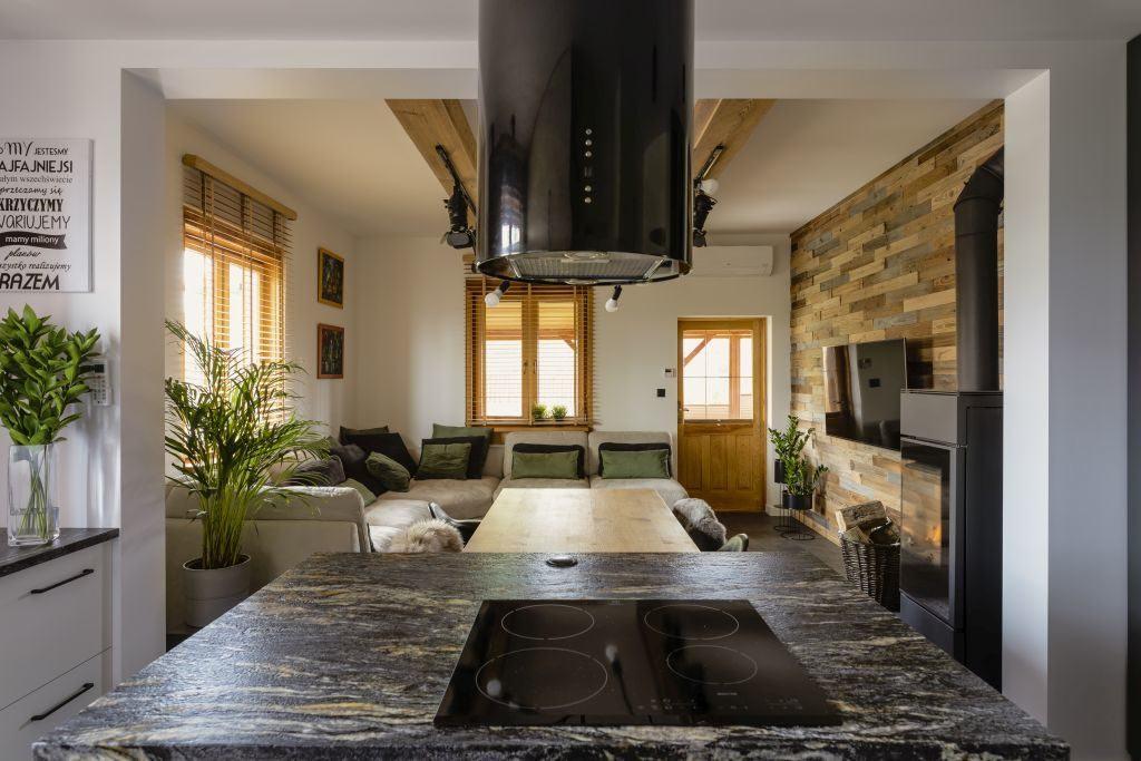 Okap w kuchni w domu projektu pracowni Kaza Interior Design