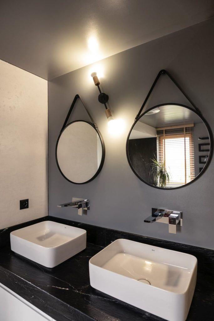 Łazienka z dwoma lustrami w domu projektu pracowni Kaza Interior Design