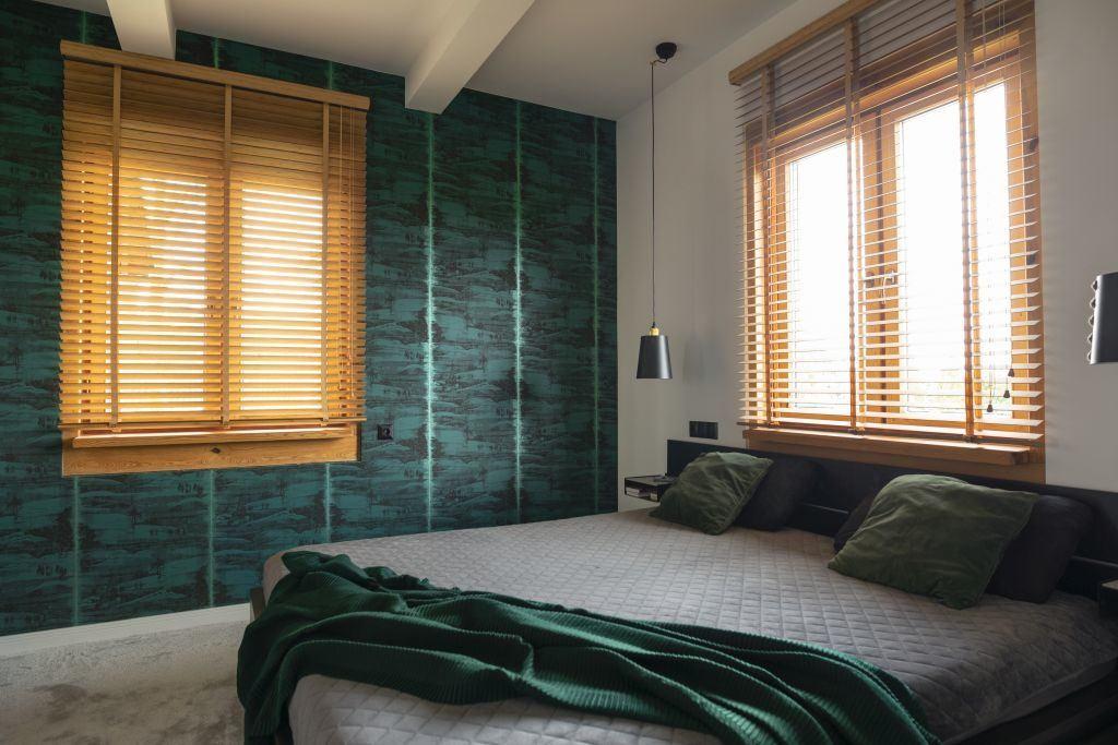 Zielona ściana w sypialni w domu projektu pracowni Kaza Interior Design