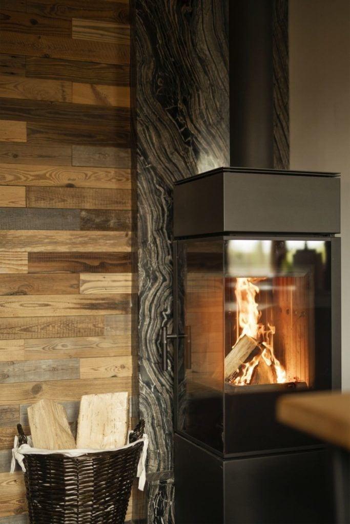 Kominek w salonie w domu projektu pracowni Kaza Interior Design