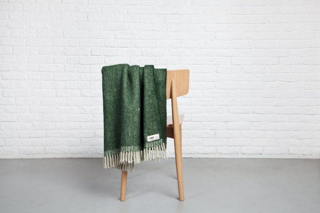 Hop Design - połączenie sztuki z rzemiosłem - pled ze 100% nowozelandzkiej wełny na krześle