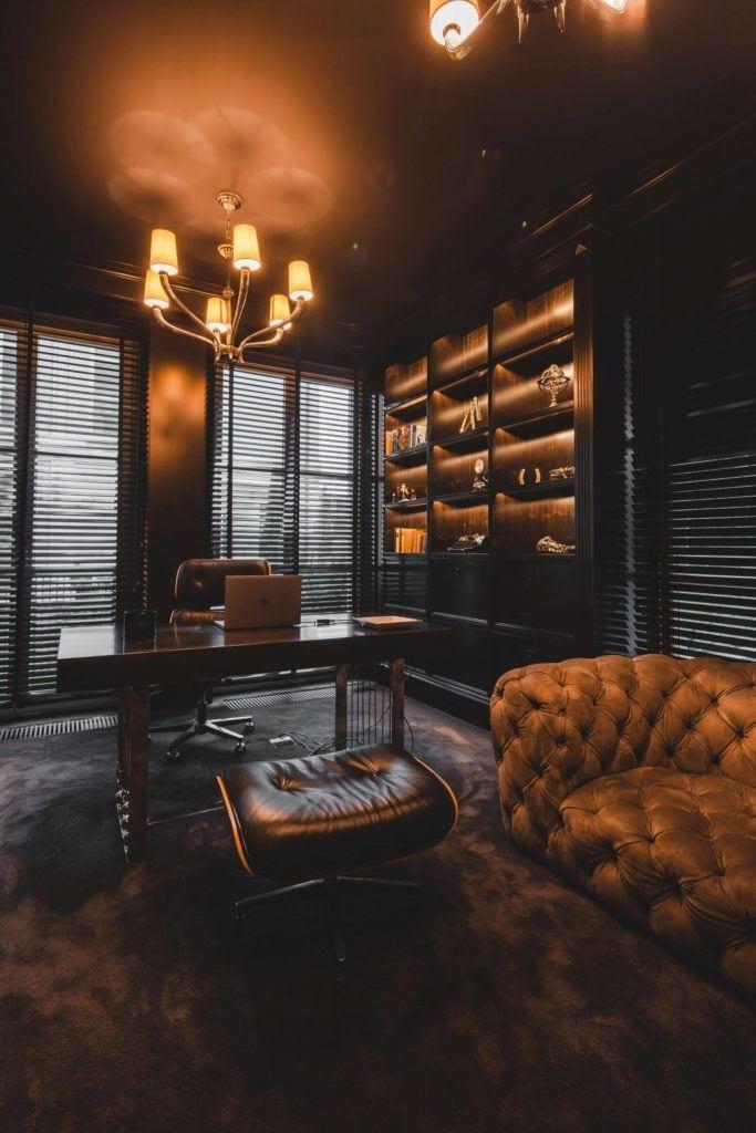 Luksusowa rezydencja na Wilanowie - pracownia Taff Architekci - foto Ignacy Matuszewski - ciemny gabinet