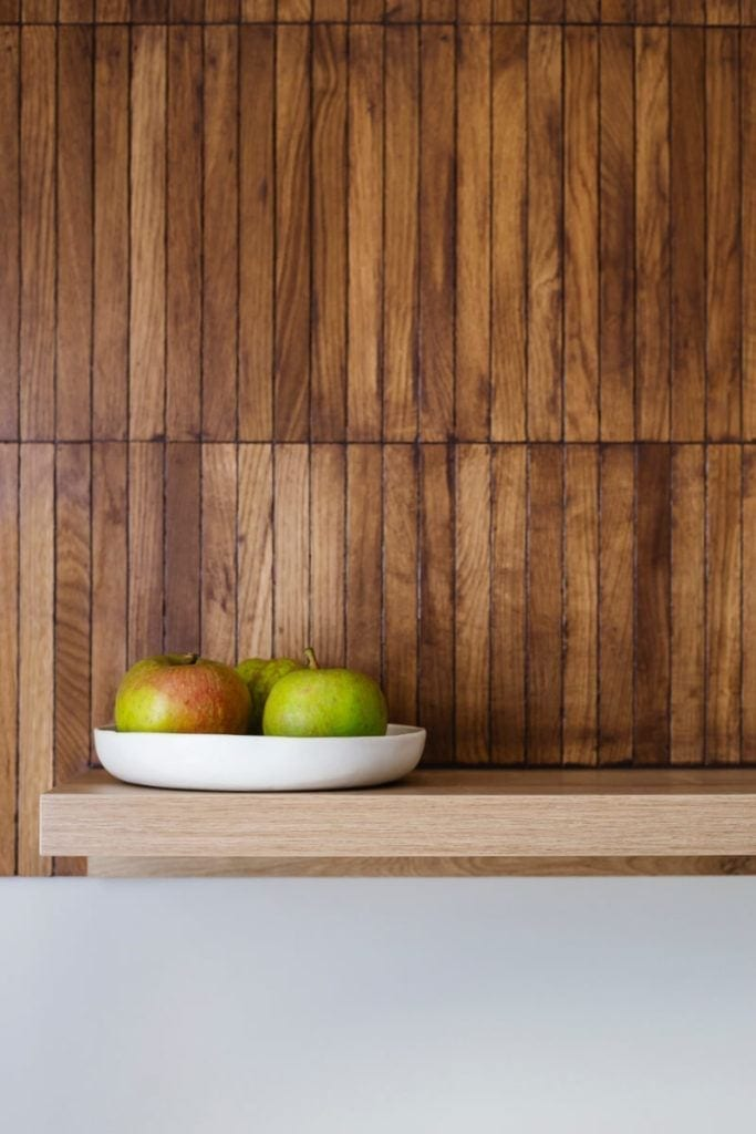 Mieszkanie na Helu projektu Kowalczyk-Gajda Studio Projektowe i drewniana dekoracja na ścianie