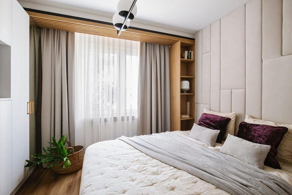 Mieszkanie na Helu projektu Kowalczyk-Gajda Studio Projektowe i okno w sypialni