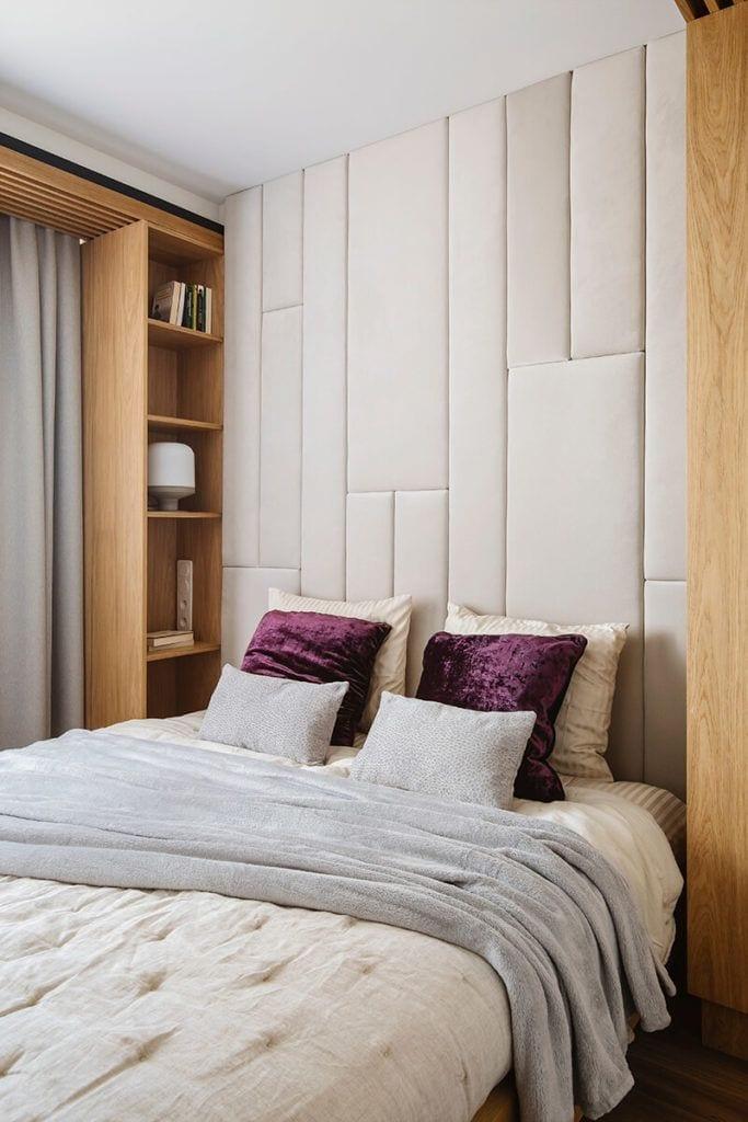 Mieszkanie na Helu projektu Kowalczyk-Gajda Studio Projektowe i łóżko w sypialni z pięknym zagłówkiem