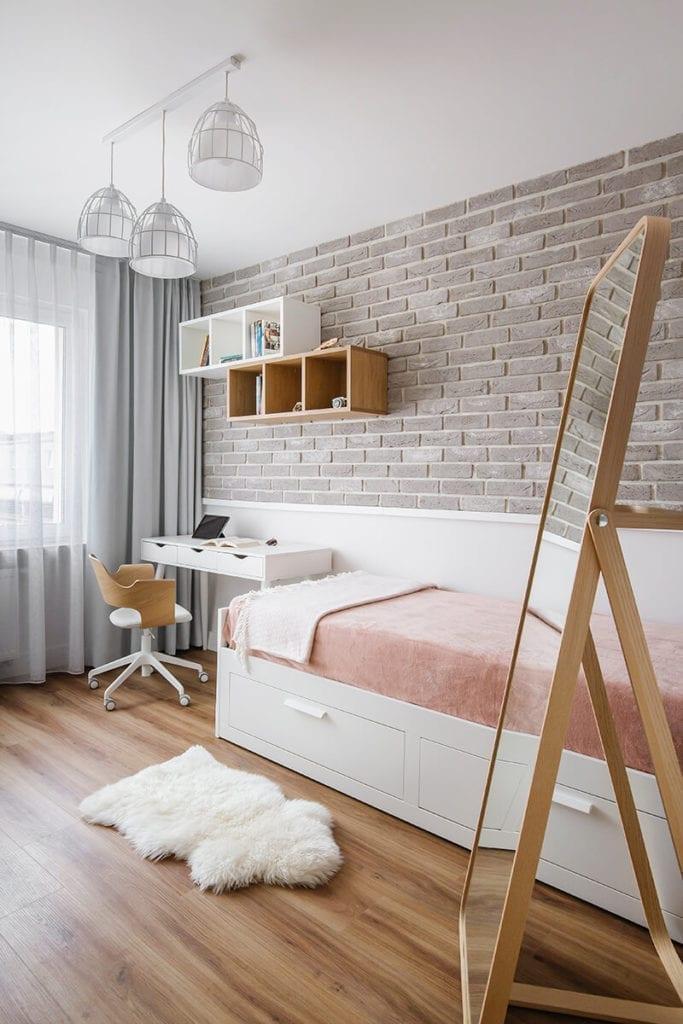 Pokój dziecięcy z beżową cegłą w mieszkaniu na Helu projektu Kowalczyk-Gajda Studio Projektowe