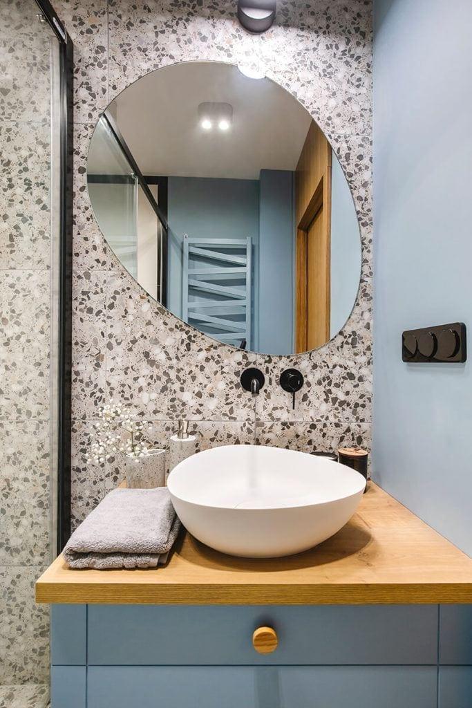 Lustro w łazience w mieszkaniu na Helu projektu Kowalczyk-Gajda Studio Projektowe