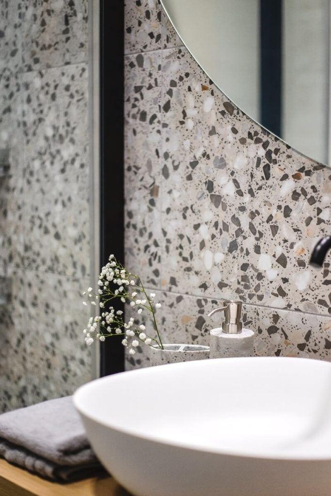 Lastryko w łazience w mieszkaniu na Helu projektu Kowalczyk-Gajda Studio Projektowe