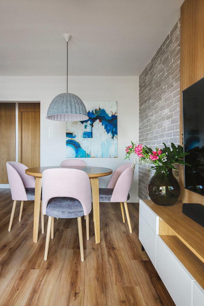 Mieszkanie na Helu projektu Kowalczyk-Gajda Studio Projektowe i obraz na ścianie w salonie