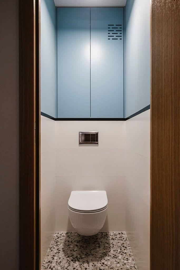Lustro w toalecie w mieszkaniu na Helu projektu Kowalczyk-Gajda Studio Projektowe