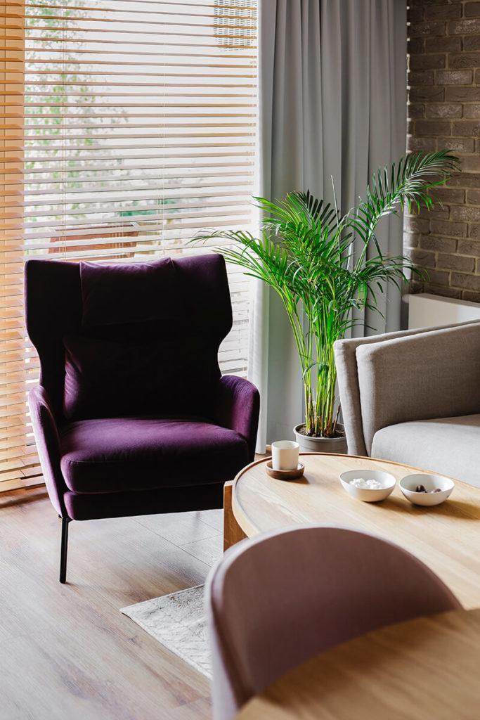 Mieszkanie na Helu projektu Kowalczyk-Gajda Studio Projektowe i fioletowy fotel w salonie
