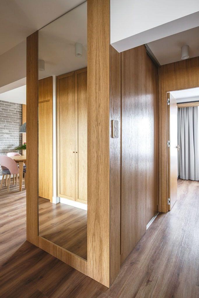 Mieszkanie na Helu projektu Kowalczyk-Gajda Studio Projektowe i drewniana zabudowa w przedpokoju