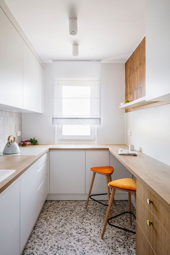 Mieszkanie na Helu projektu Kowalczyk-Gajda Studio Projektowe i kuchnia w bieli