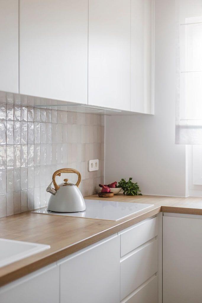 Mieszkanie na Helu projektu Kowalczyk-Gajda Studio Projektowe i jasna kuchnia