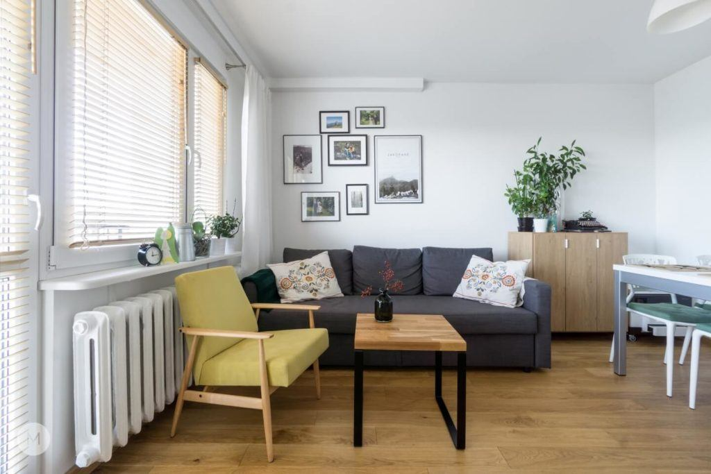 Kanapa w salonie w mieszkaniu w Pabianicach projektu pracowni PROJEKT M