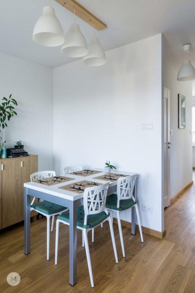 Stół i cztery krzesła w mieszkaniu w Pabianicach projektu pracowni PROJEKT M