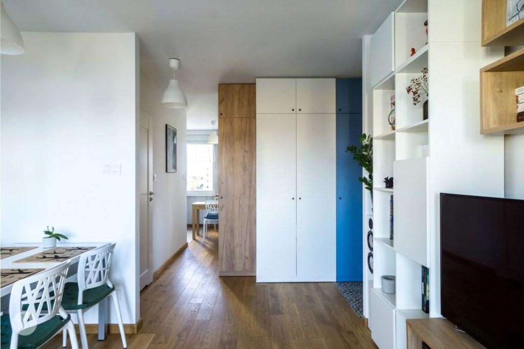 Przedpokój z drewnianą podłogą w mieszkaniu w Pabianicach projektu pracowni PROJEKT M