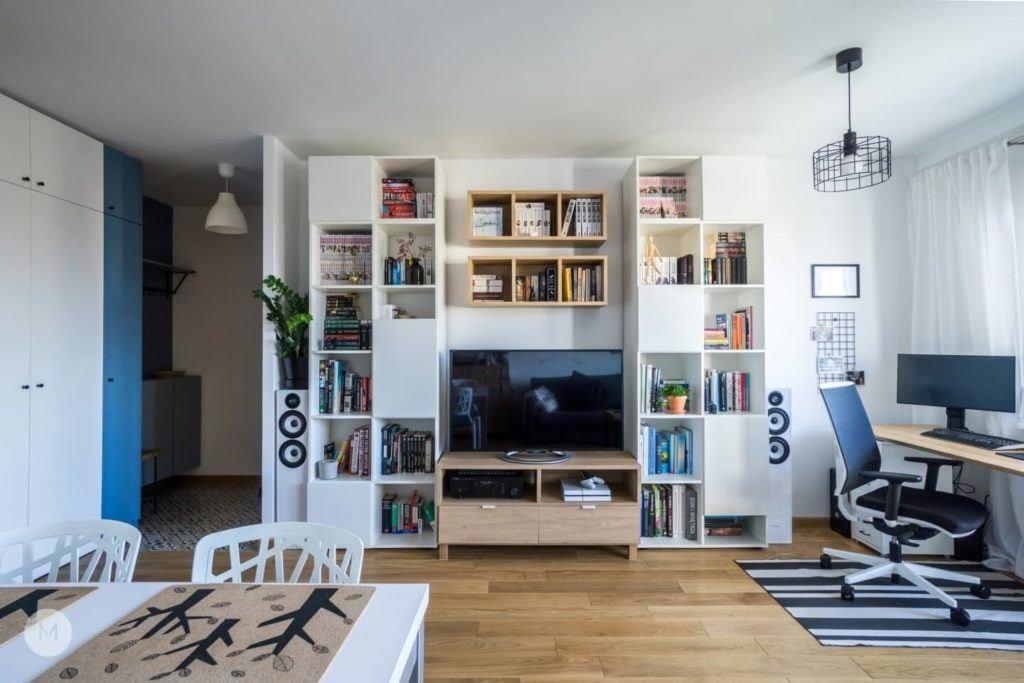 Telewizor i szafka na książki w salonie