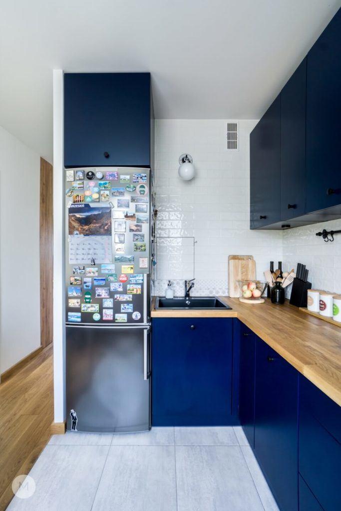 Niebieskie fronty w meblach kuchennych w w mieszkaniu w Pabianicach projektu pracowni PROJEKT M