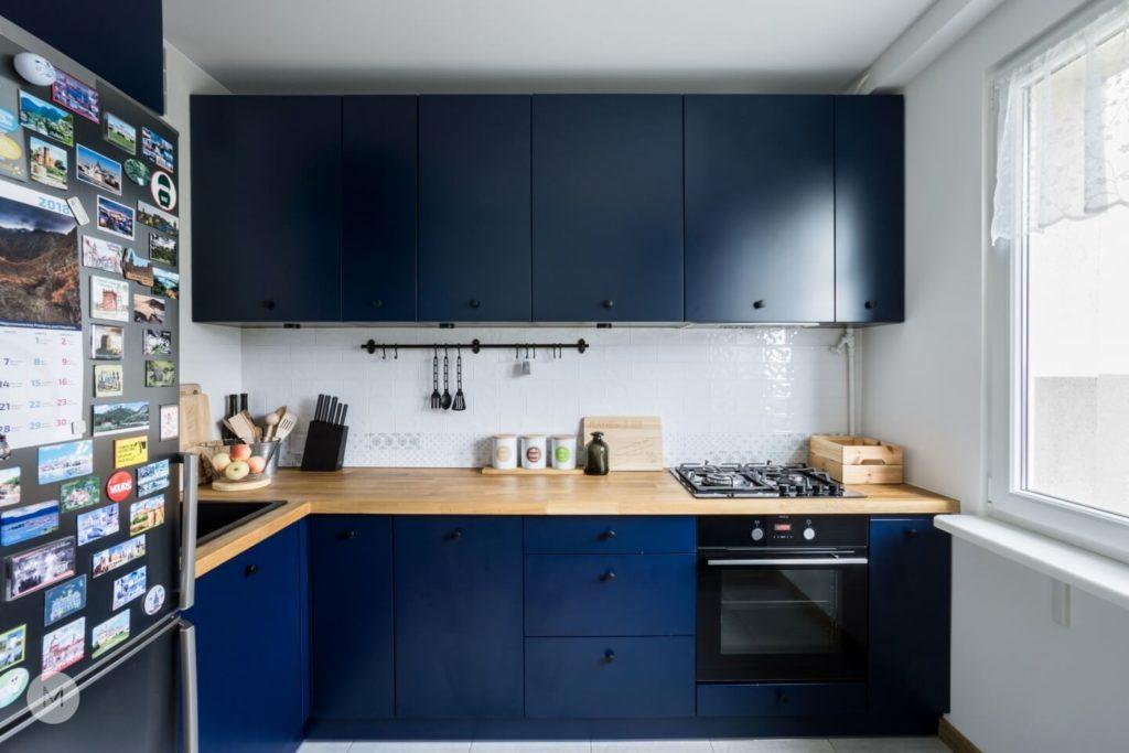 Niebieskie fronty w kuchni w mieszkaniu w Pabianicach projektu pracowni PROJEKT M