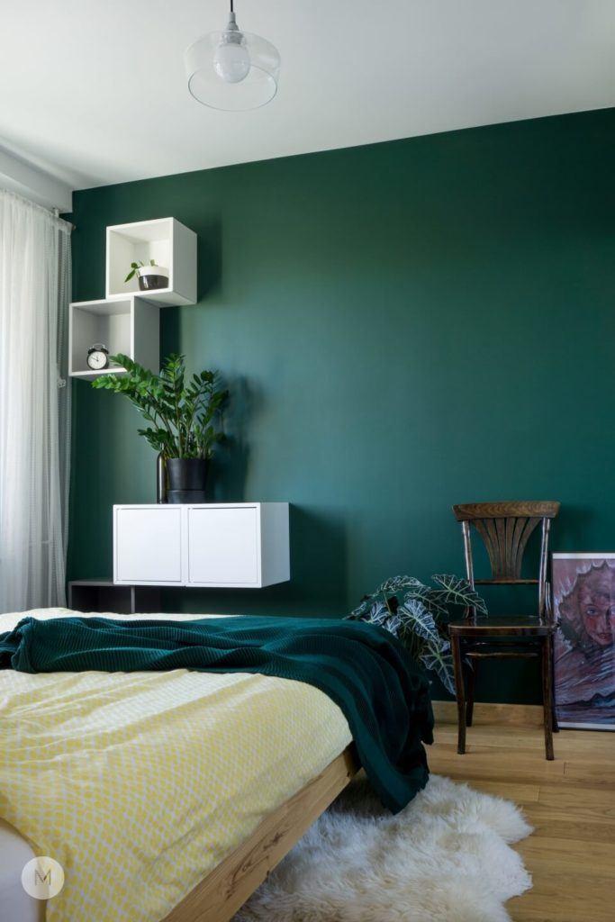Zielona ściana w sypialni w mieszkaniu w Pabianicach projektu pracowni PROJEKT M