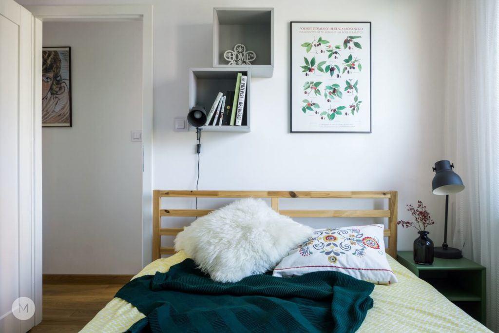 Łóżko w sypialni w mieszkaniu w Pabianicach projektu pracowni PROJEKT M