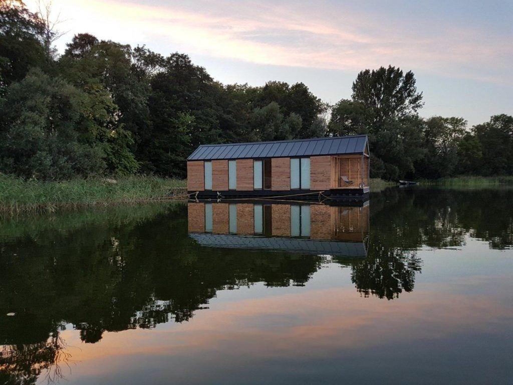 Nietypowe i wyjątkowe pomysły na nocleg - Domy na jeziorze - Slowhop